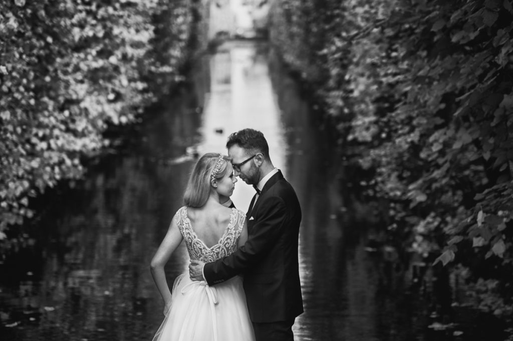jak pozować na ślubnej sesji plenerowej