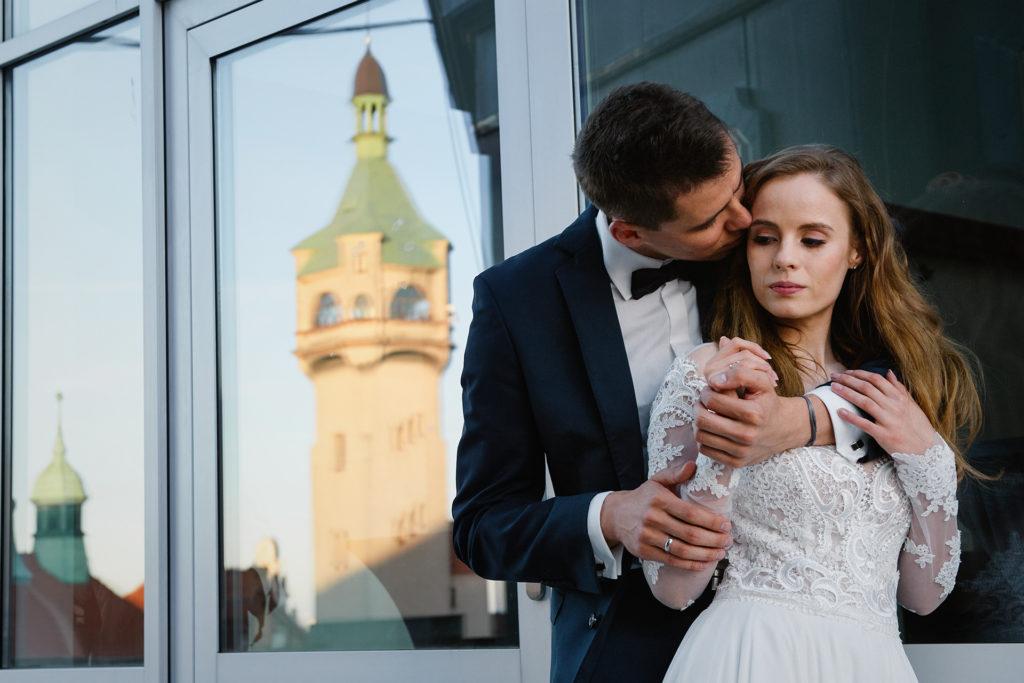 jak pozować na ślubnej sesji plenerowej co zrobić z rękoma