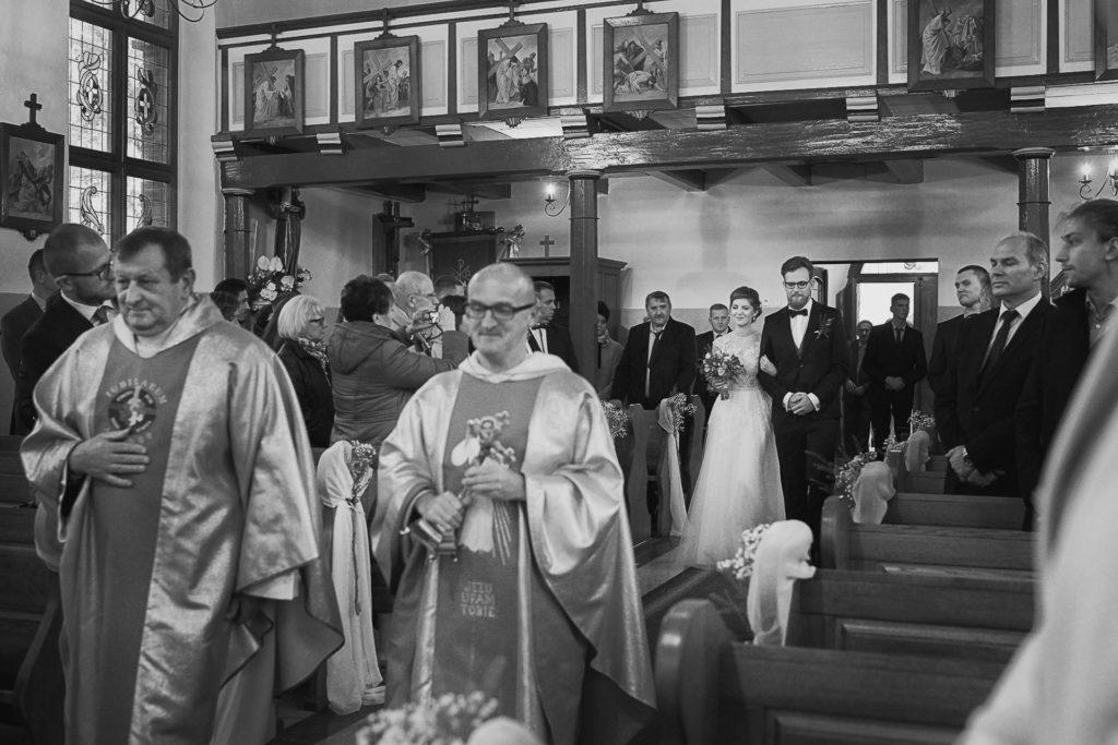 zdjęcia ślubne z kościoła na Kaszubach