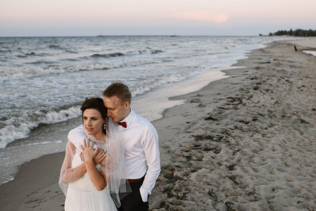 jak pozować na ślubnej sesji plenerowej na plaży